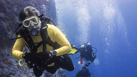 Malpelo-diver-diving-colombia