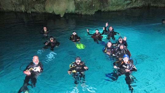 Mexico-riviera-Maya-cenotes-divers